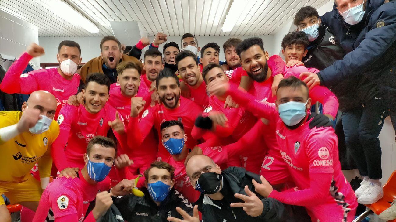 Jugadores del Alcoyano celebran un triunfo