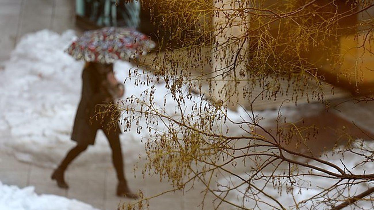 Mujer con un paraguas en las calles de Coslada