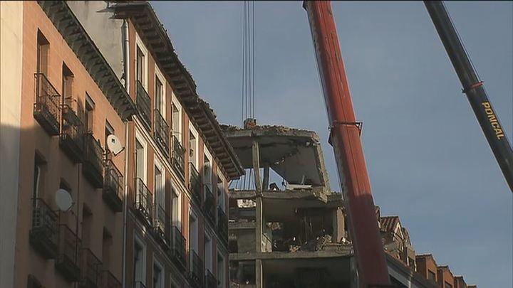 Los técnicos desmontan la parte superior del edificio siniestrado en la calle Toledo con la ayuda de un robot