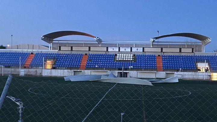 El viento derriba parte de la cubierta del campo de fútbol de Alalpardo