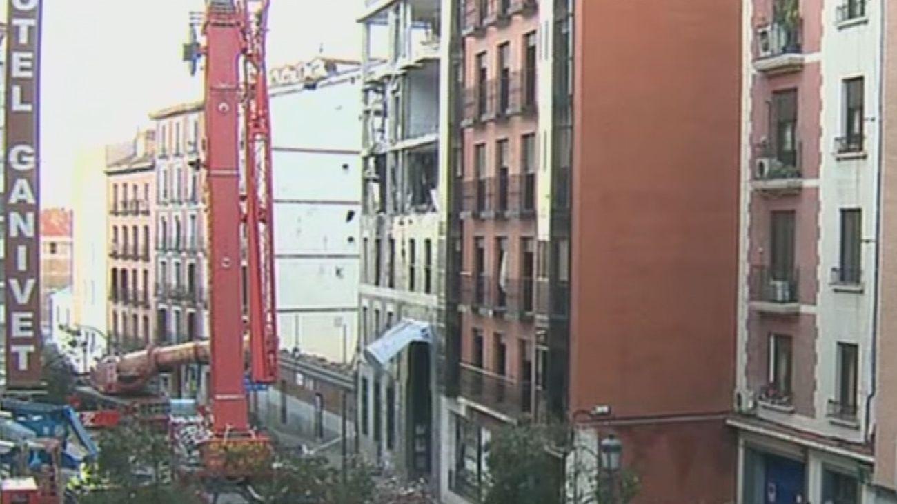 Bomberos y policía científica continúan la inspección del edificio de la calle Toledo 98 para determinar la causa de la explosión