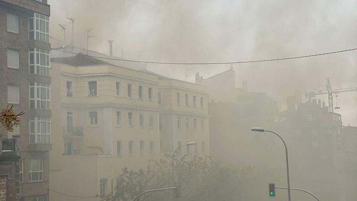 Extinguido el incendio en la cubierta de un edificio en el distrito de Tetuán