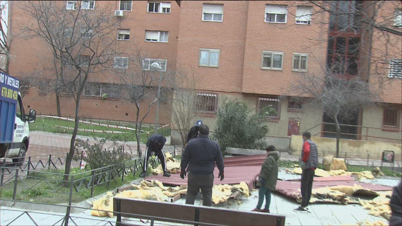 """Carmen, vecina del edificio de Vallecas afectado por la caída de la cubierta: """"Vámonos hijo que se nos hunde el piso"""""""