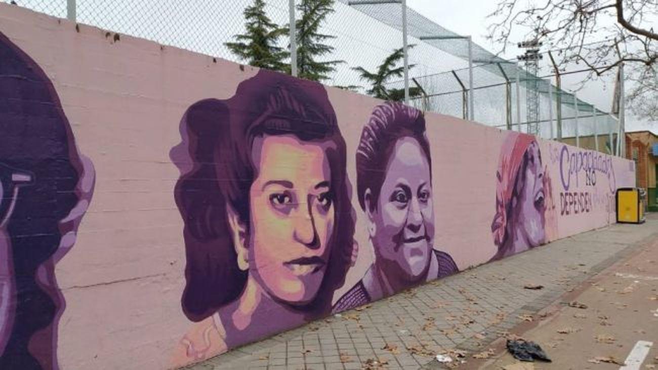 Una concentración reclama a la Junta de Ciudad Lineal que se mantenga el mural feminista del centro deportivo
