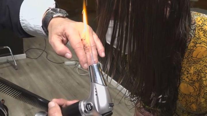 Una peluquería de Aluche corta el pelo con fuego y catanas