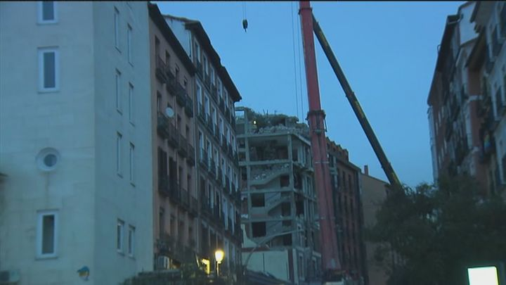 Los operarios derrumbarán  las dos plantas superiores del edificio siniestrado en la explosión de la calle Toledo