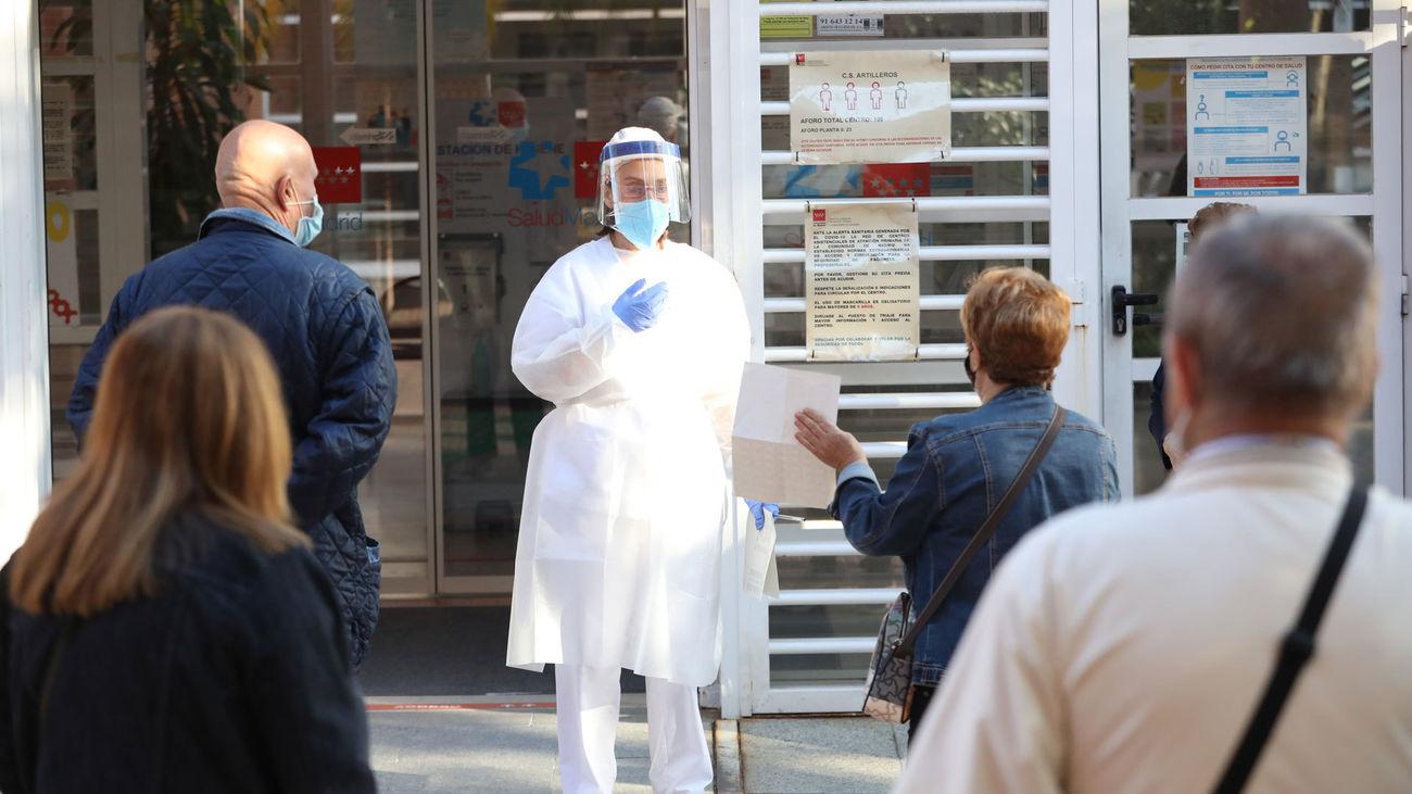 Personal del centro de salud de Artillero coordina la atención a pacientes en el exterior del edificio