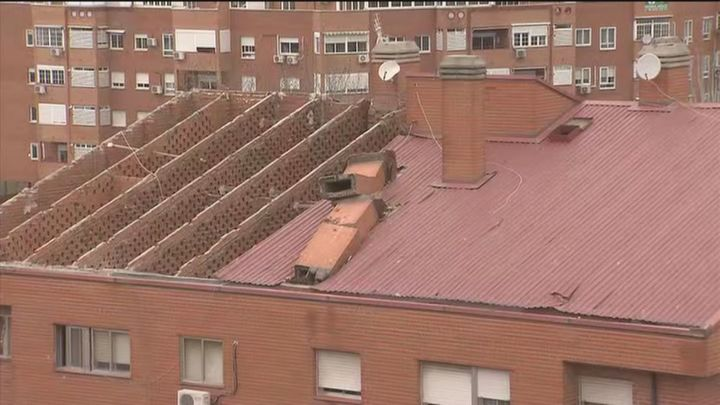 Piden que las chimeneas rotas sean retiradas del tejado que voló por el viento en Vallecas