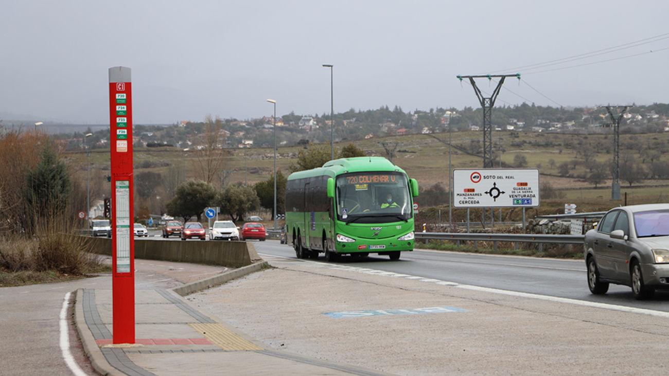 Una de las paradas de autobús de la M-862