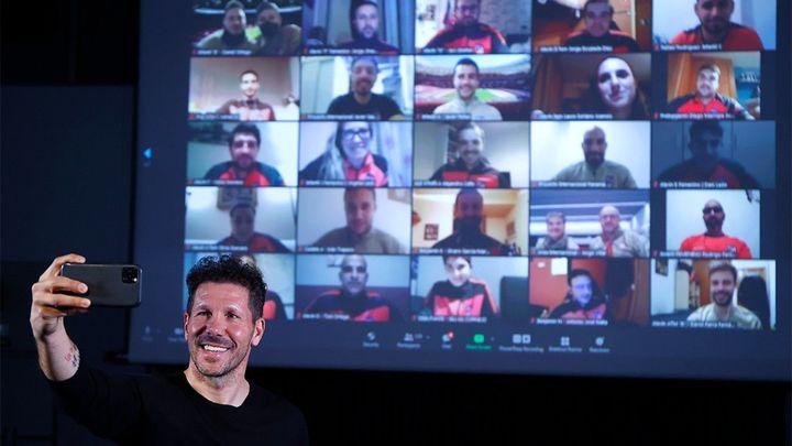 Simeone mantiene una conversación con los más de 160 entrenadores del Atleti
