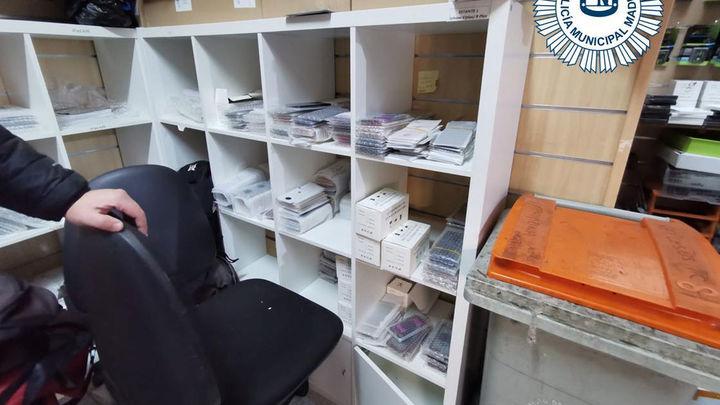 Dos investigados y más de 5.500 artículos falsos para móviles requisados en una tienda de Retiro