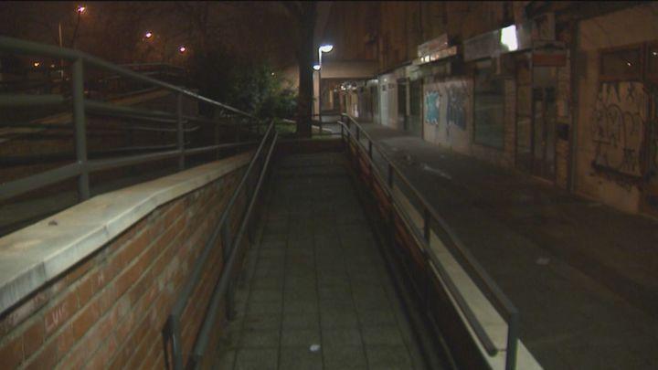 Cinco menores detenidos en San Blas tras herir a una pareja con una espada y palos en un atraco callejero