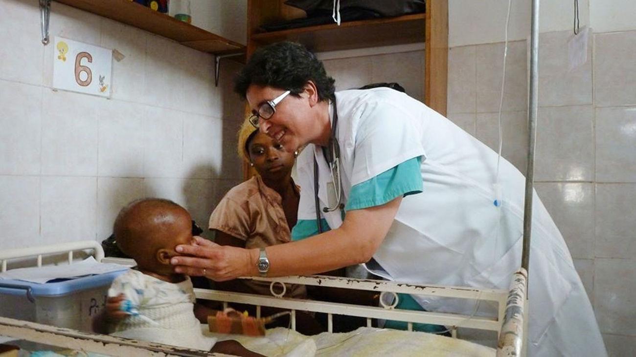 Una sanitaria misionera atiende a un niño en África