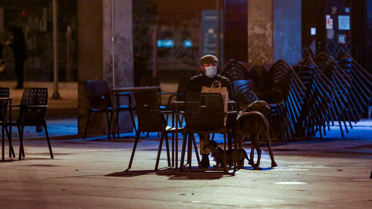Un hombre, en una terraza de Madrid, poco antes del toque de queda de las 10 de la noche