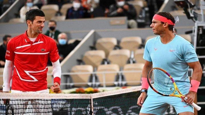 Djokovic se borra y reaparece Nadal