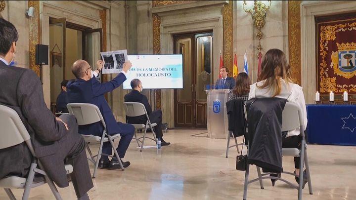 Un edil del PSOE muestra a Almeida una foto de Largo Caballero en un acto sobre las víctimas del Holocausto