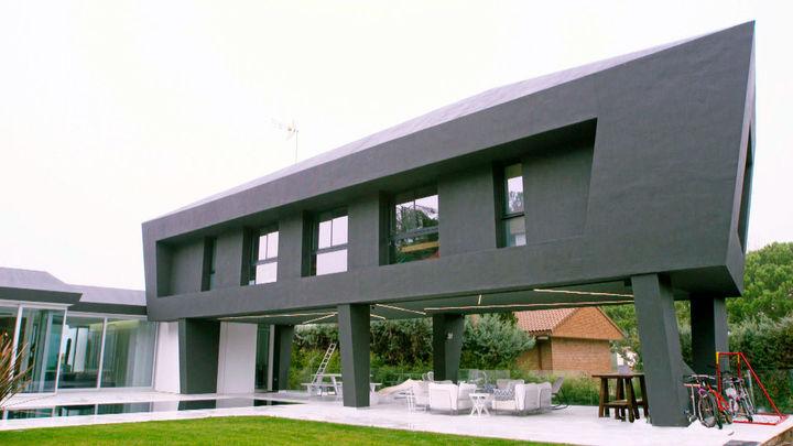 La casa flanqueada por leones de bronce del dentista Iván Malagón
