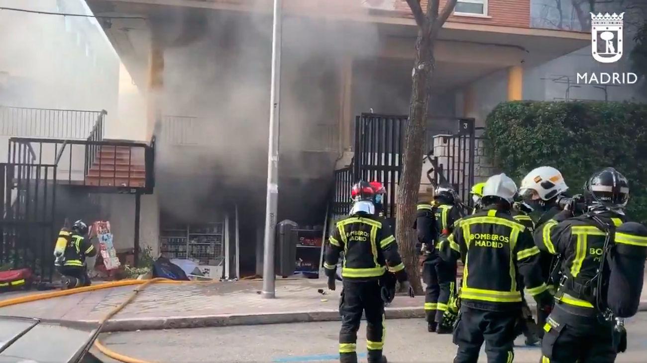 Tres heridos leves por el aparatoso incendio de un bazar chino en Chamartín
