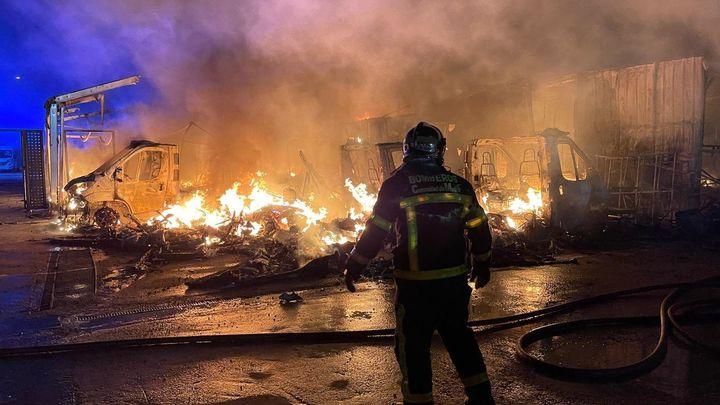 Controlado el incendio que ha arrasado una empresa de caravanas en Alcalá