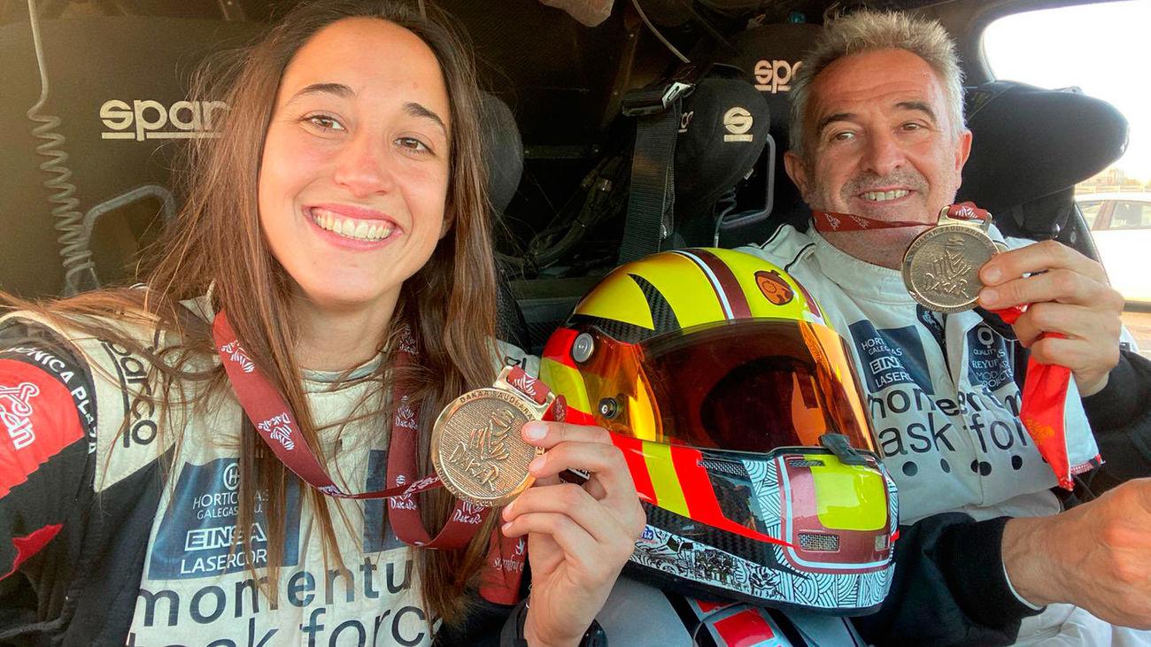 Mónica y Manuel enseñan la medalla que acredita haber terminado el Rally Dakar