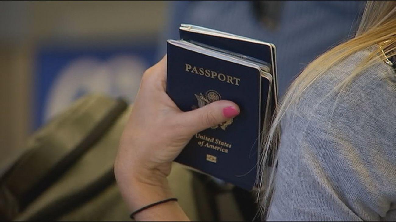 Una turista viaja con su pasaporte