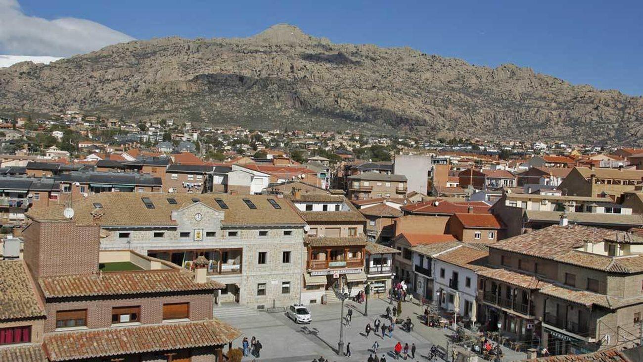 Vista del centro de Manzanares el Real con La Pedriza al fondo