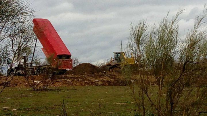 Denuncian vertidos de tierras para tapar escombreras en una zona militar de Madrid