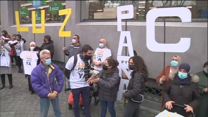 Vecinos de la Cañada Real protestan ante la Asamblea de Madrid tras el revés judicial