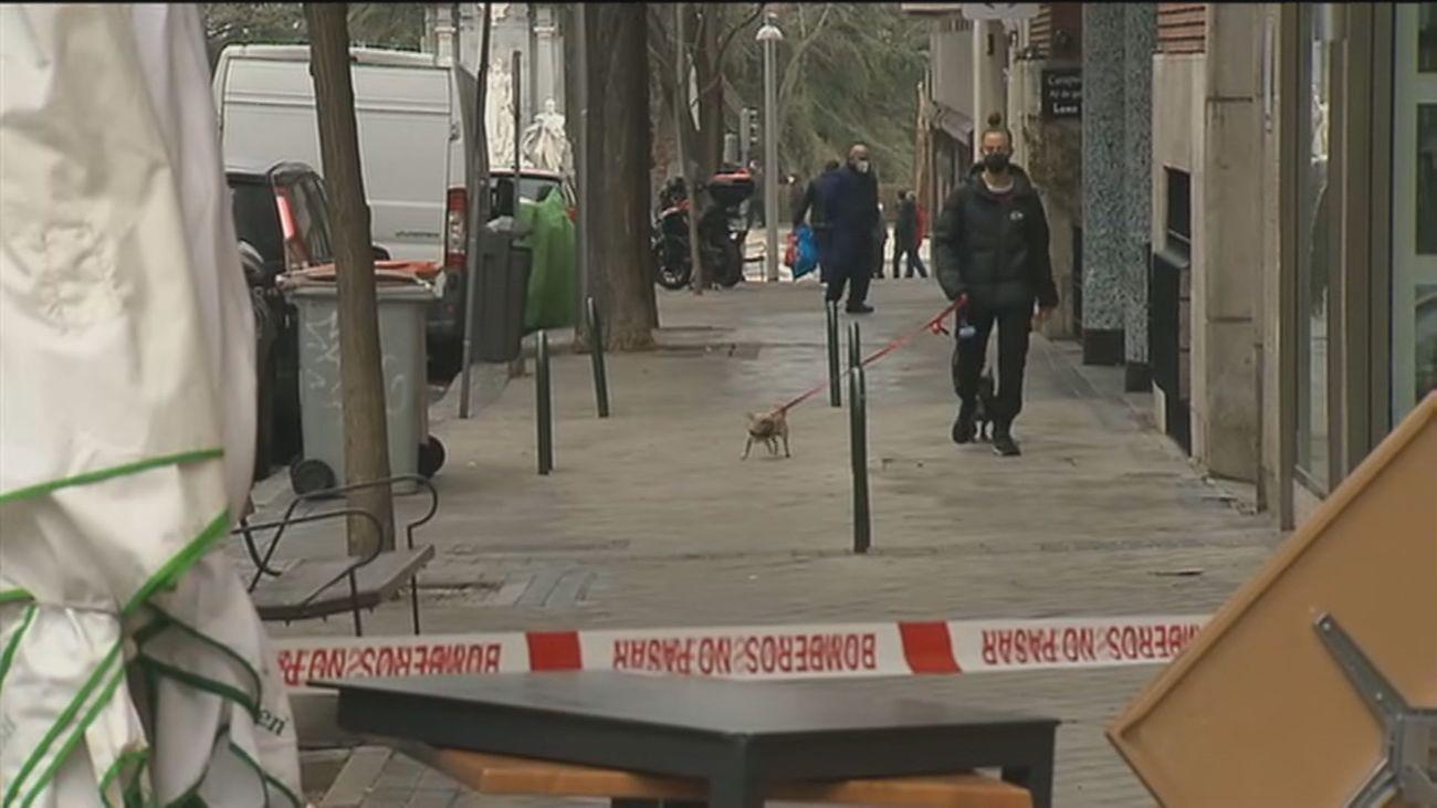 Alarma vecinal en la calle Ferraz por unas tapas de alcantarilla que electrocutan a los perros