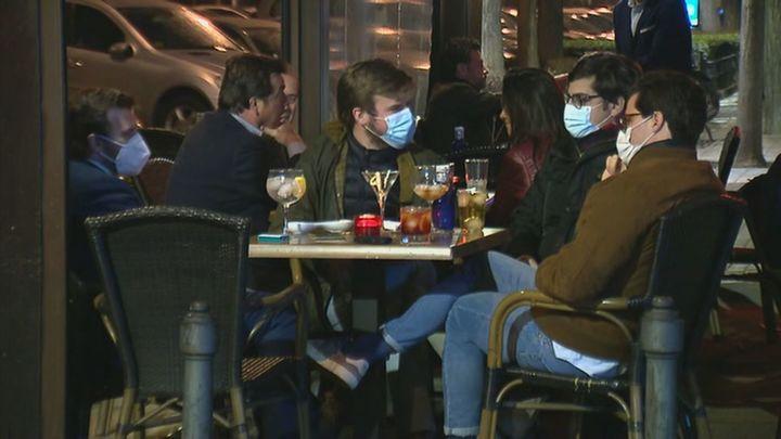 Sanidad quiere las mismas medidas antiCovid de interiores de bares para las terrazas cerradas