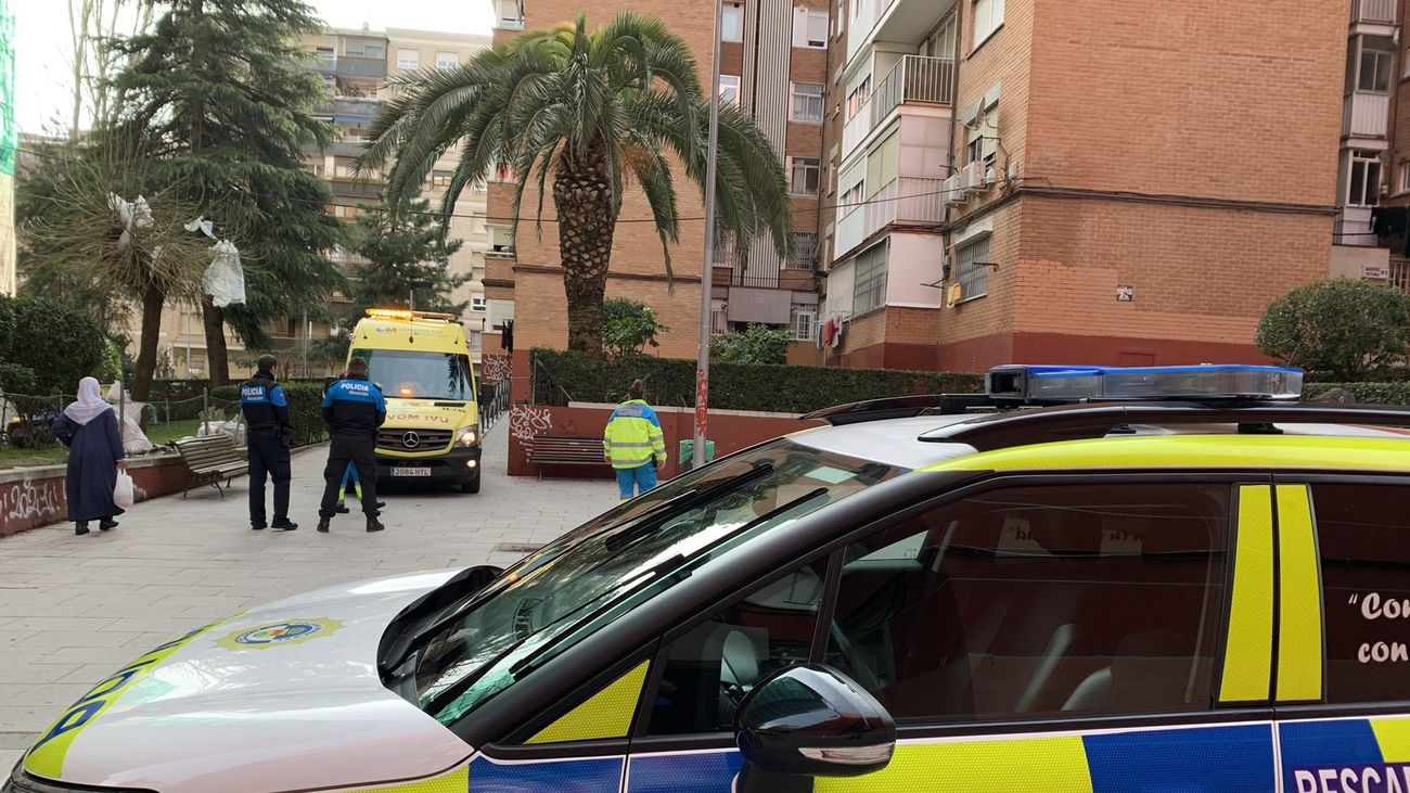Sanitarios y policías de Alcorcón atienden a una persona intoxicada al tomar un medicamento