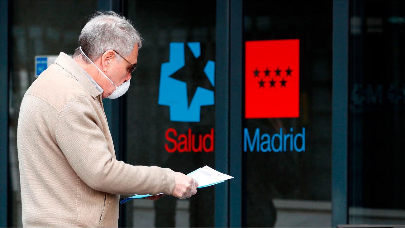 Una persona a las puertas de un centro de salud madrileño