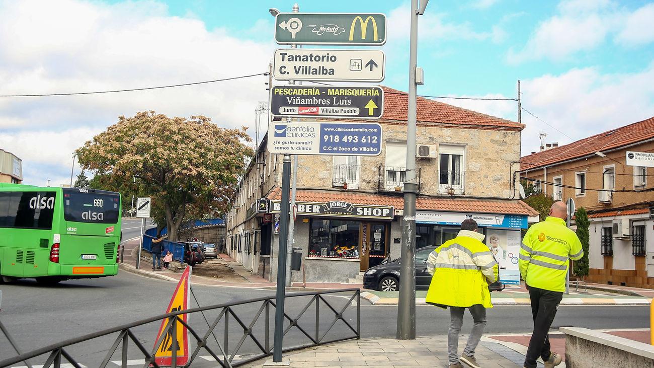 Dos personas pasean por Collado Villalba