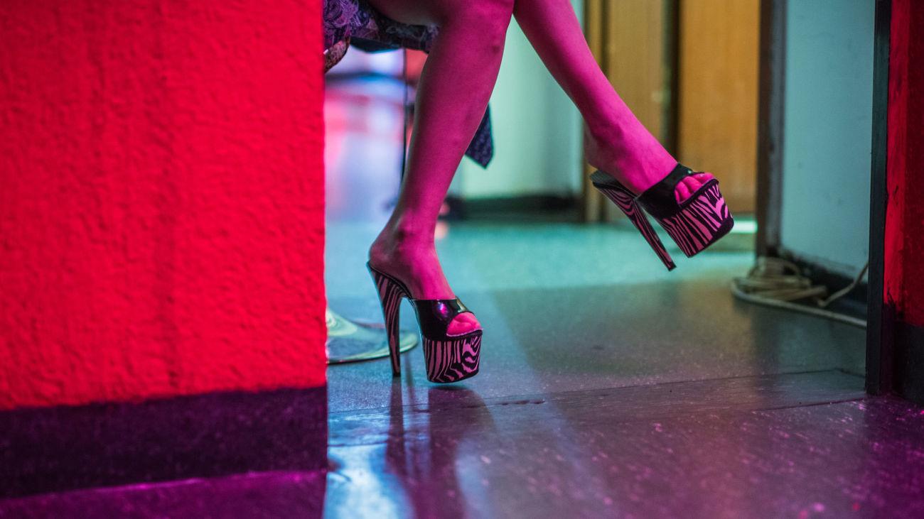 Una prostituta espera la llegada de un cliente en un club de alterne