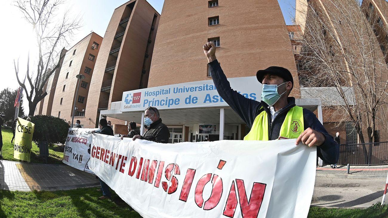 Colectivos sanitarios exigen en una protesta el cese de la gerente del hospital de Alcalá