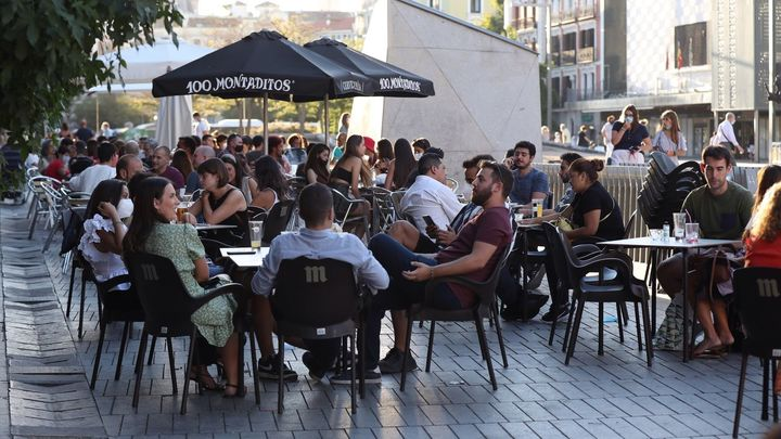La hostelería madrileña celebra la ampliación de las mesas en terrazas, pero pide retrasar una hora más el cierre