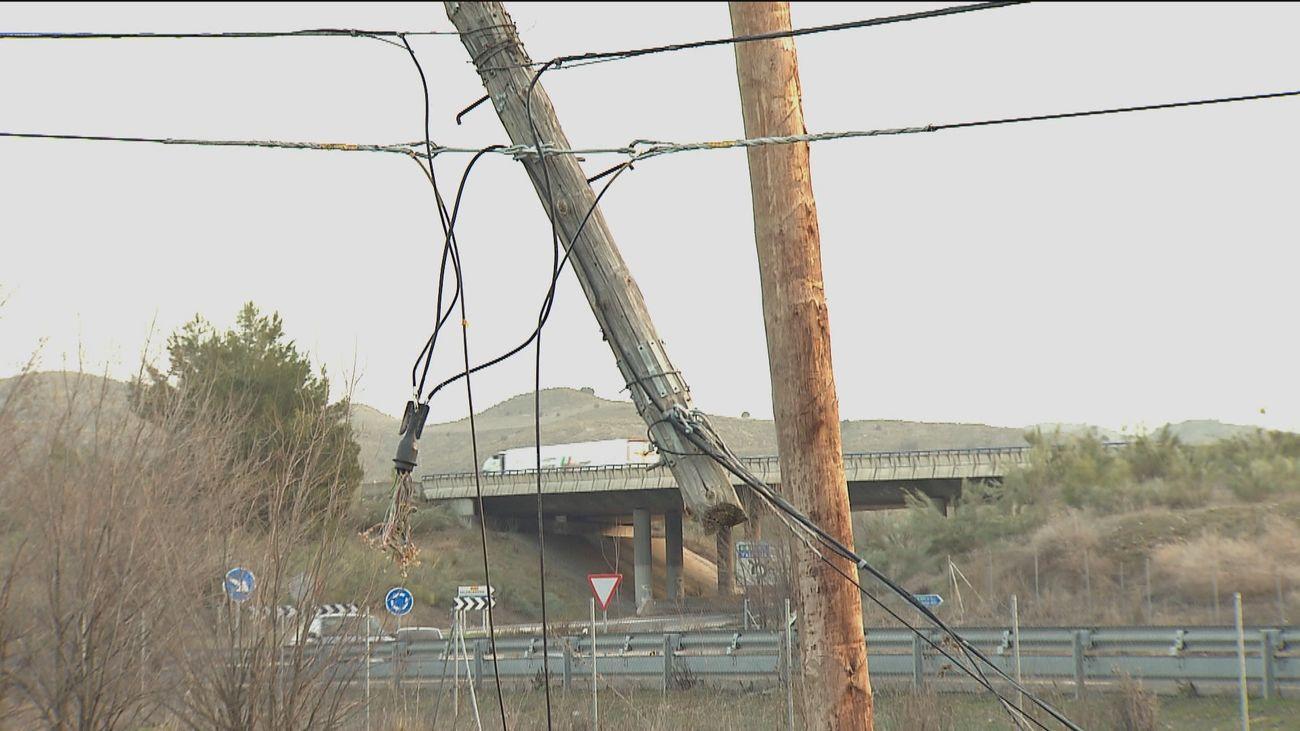 Desde agosto sin internet en Perales por culpa de los camiones que arrancan postes y cables