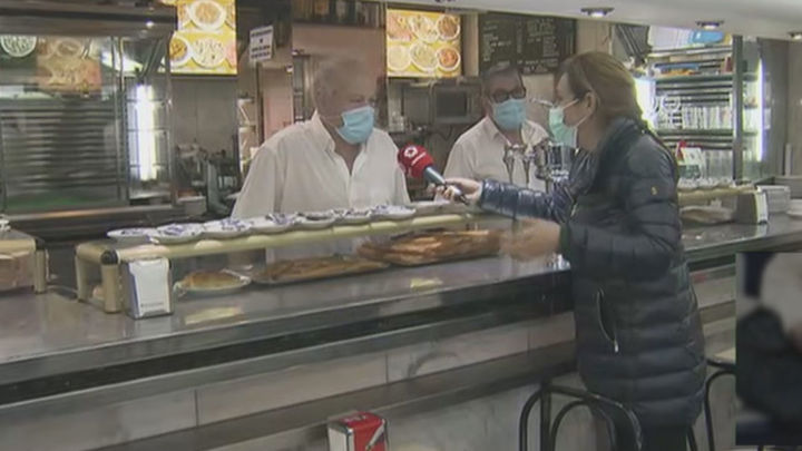 Los camareros dicen que no son quienes para vigilar el uso de mascarillas en sus locales