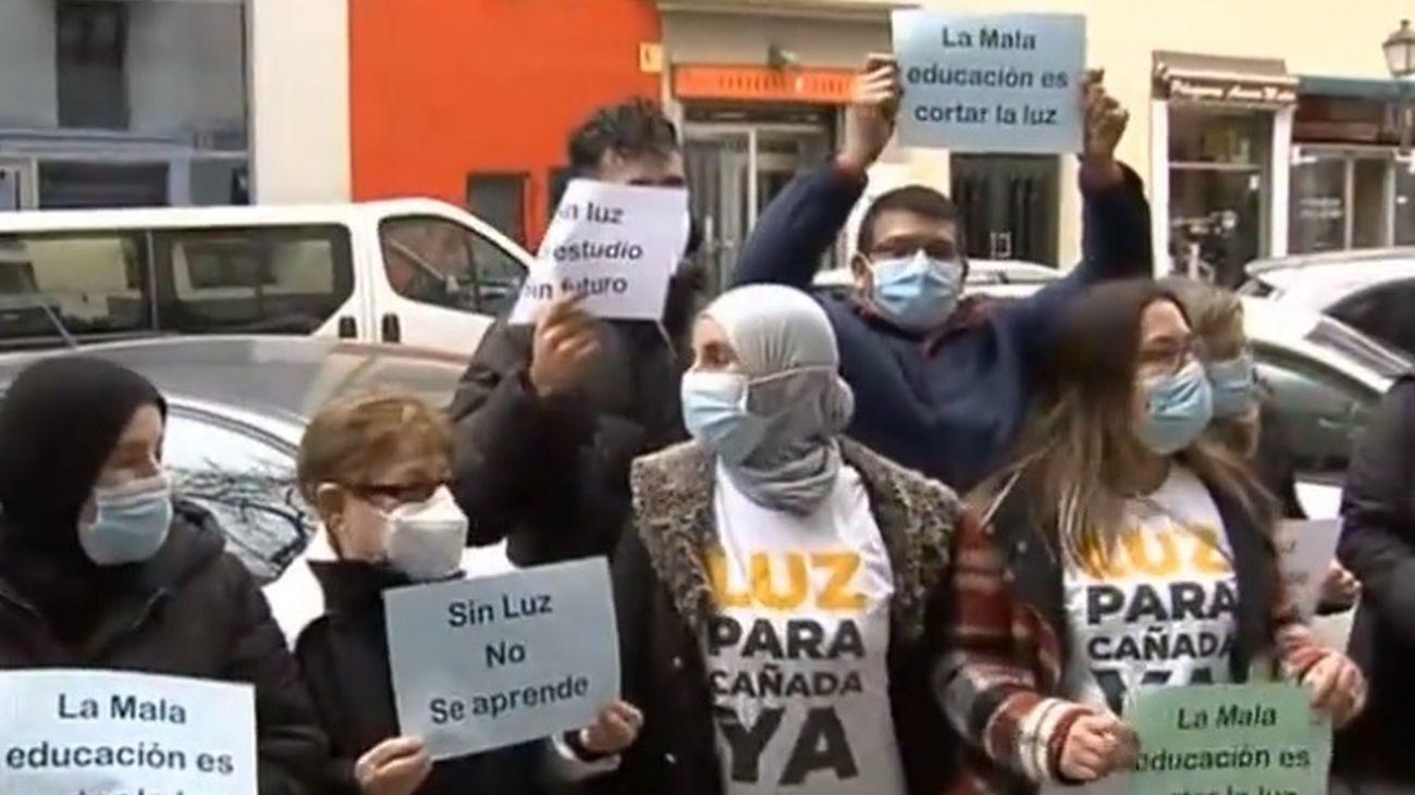 Profesores entregan firmas a Educación para que vuelva la luz a Cañada Real
