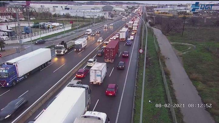 La lluvia complica el tráfico en Madrid con retenciones en todas las entradas a la capital