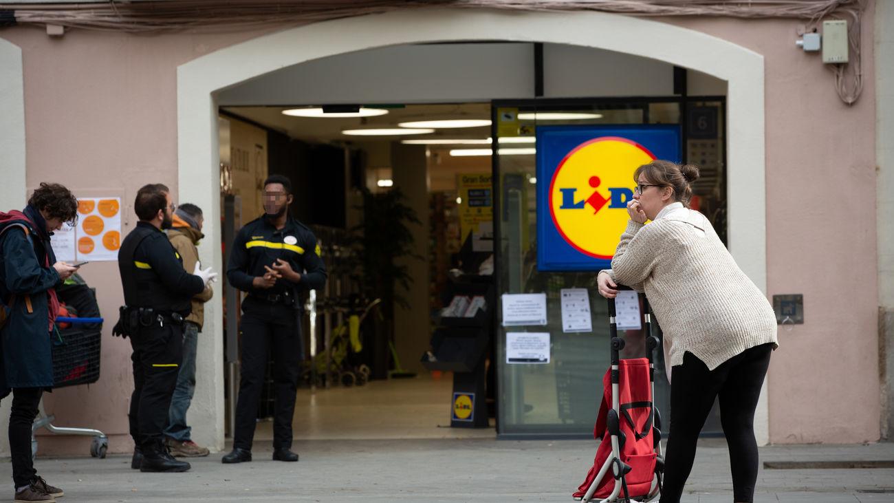 Mujer esperando a entrar a un supermercado de la cadena Lidl