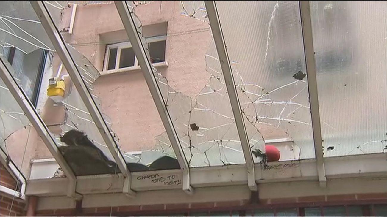 Un techo de cristal sin reparar en un edificio del IVIMA en Carabanchel pone en peligro a los vecinos
