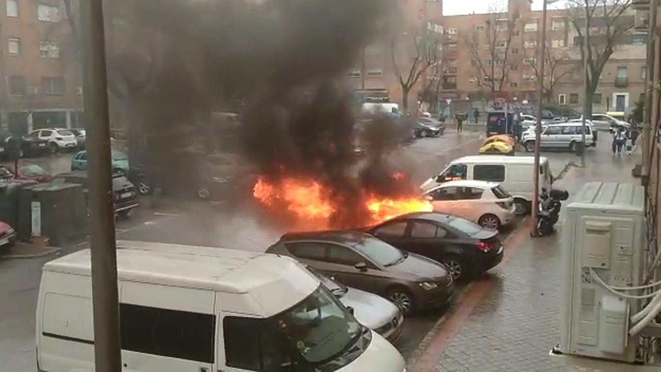 Susto en San Blas por un coche ardiendo que provocó una gran columna de humo
