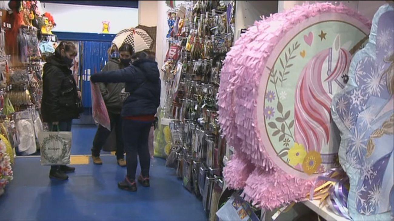Las mascarillas ponen en crisis al sector de los disfraces y máscaras tras la suspensión del carnaval