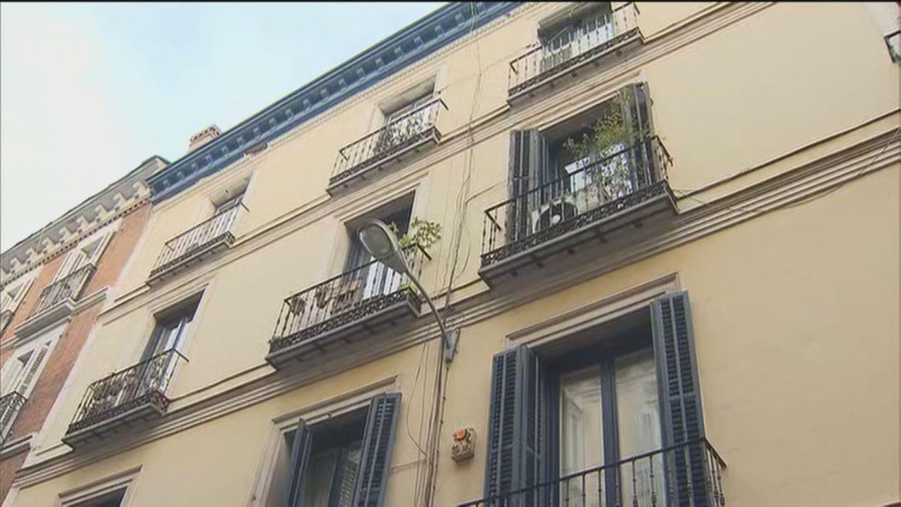 Vecinos de Sol y del barrio de Las Letras denuncian a once pisos turísticos por no controlar fiestas ilegales