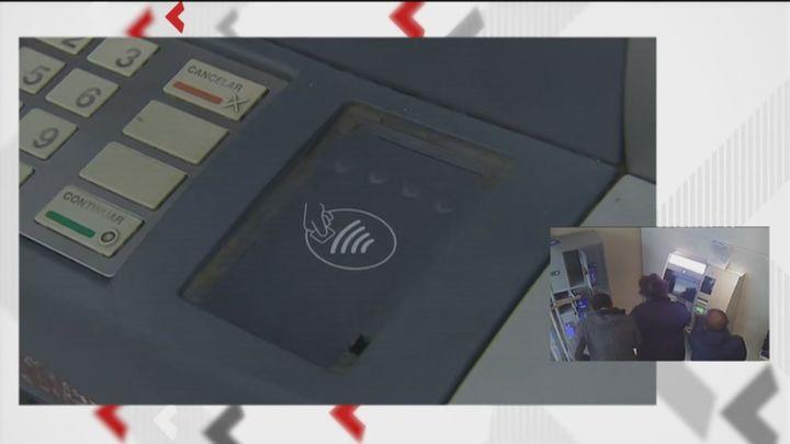 Aumentan los robos a mayores en Usera con el método de la siembra en cajeros automáticos