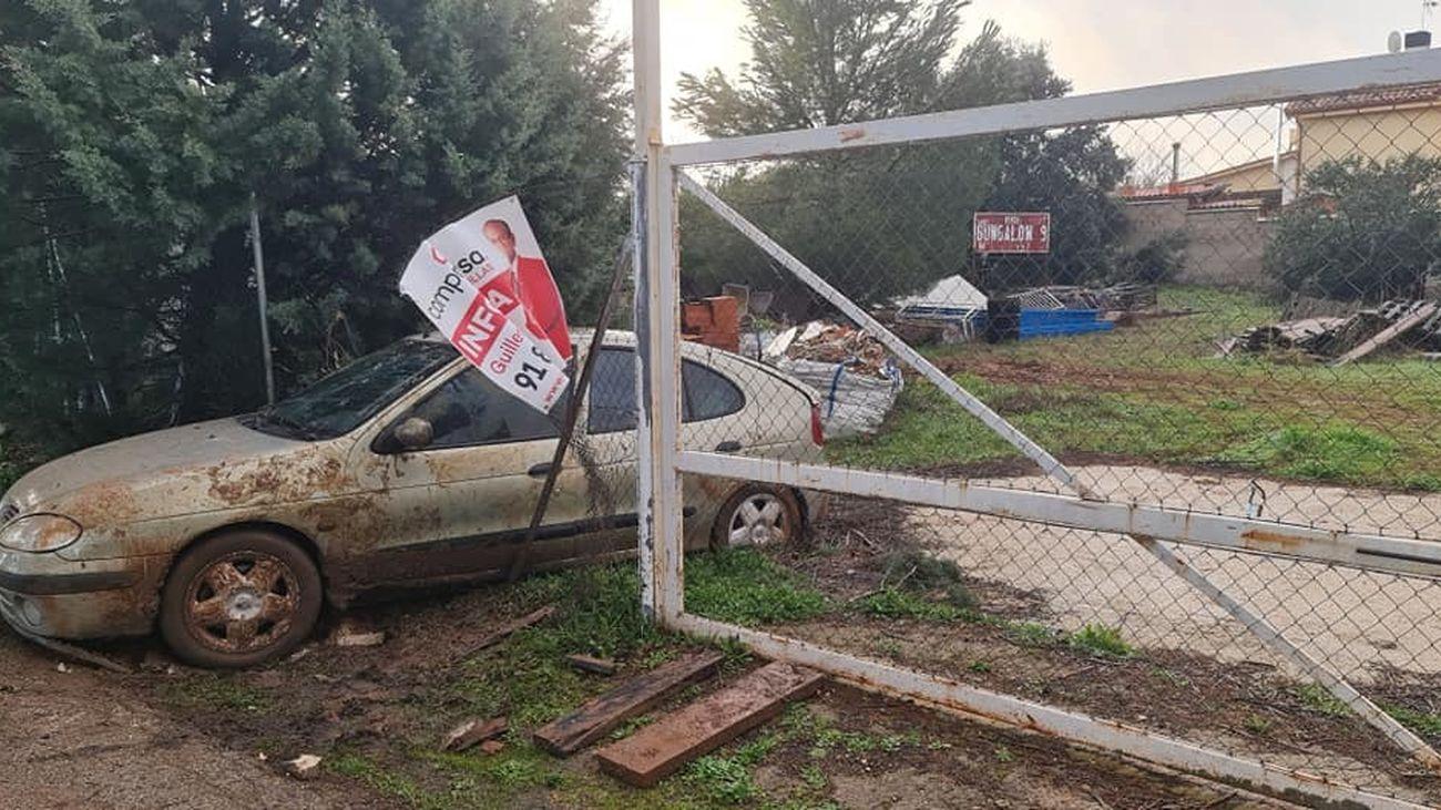 Vehículo de la persona detenida atrapado en una parcela de la residencial Eurovillas