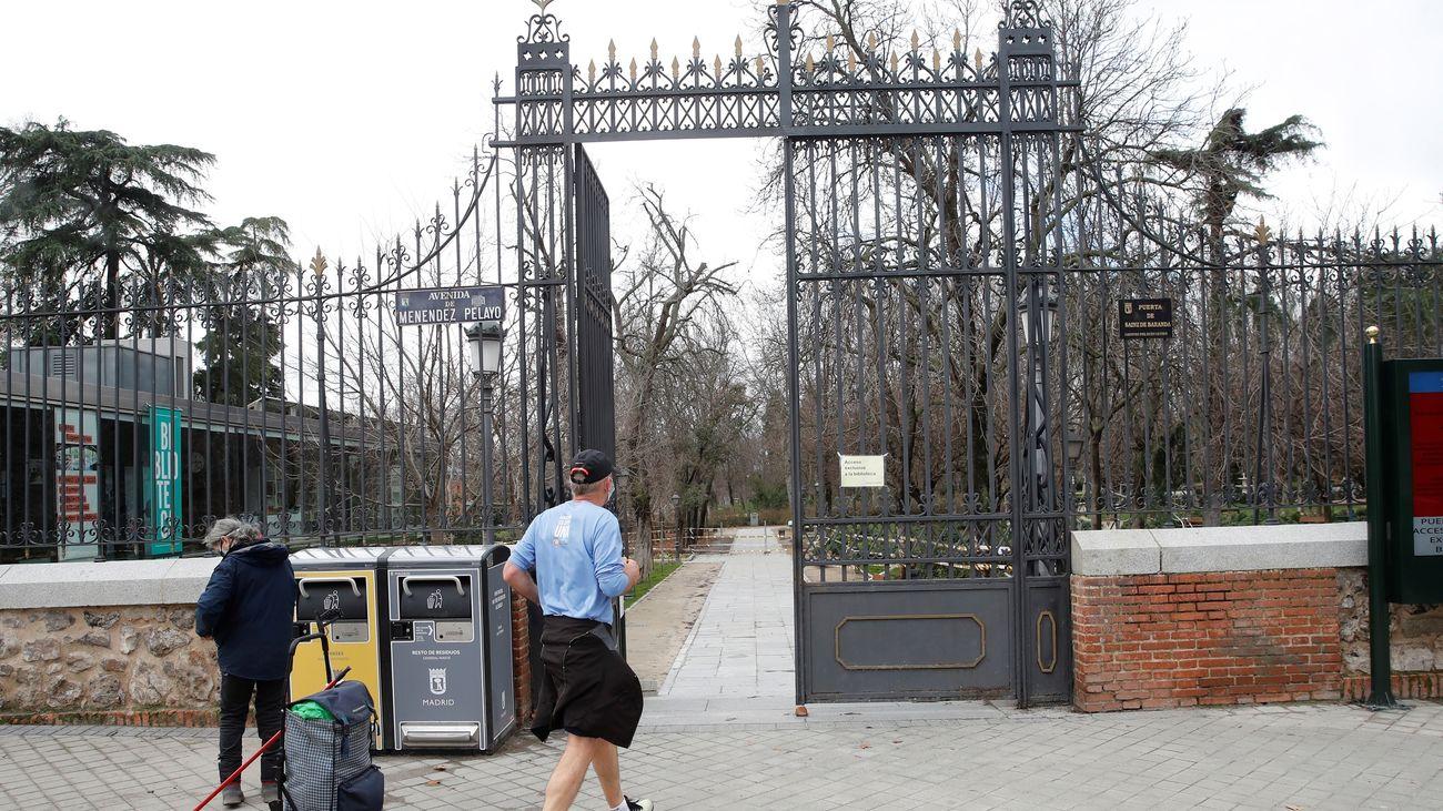 Vista de la puerta de entrada del Alcalde Sáinz de Baranda al parque del Retiro