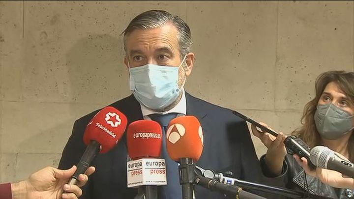 Enrique López dice que no se plantea dimitir y que se limitó a presentar a dos conocidos