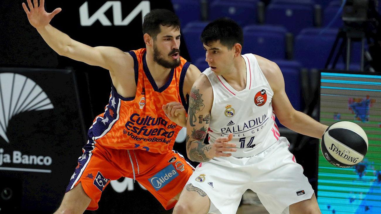 Derck ante el Valencia Basket